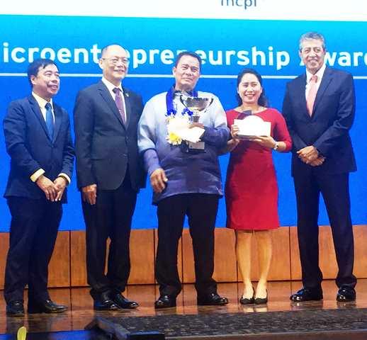 2019 Citi Microentrepreneurship Awards National Winner Eduardo Azores (center) of Koronadal City, South Cotabato